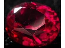 Рубиновая шпинель под ультрафиолетом
