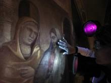 Ультрафиолета помогает обнаружить невидимые надписи и элементы картин, а также выявить следы реставраций