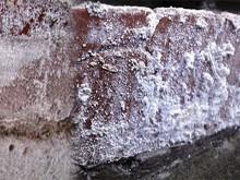 Выявление локальных поражений и трещин в бетоне ультрафиолетовым фонарем